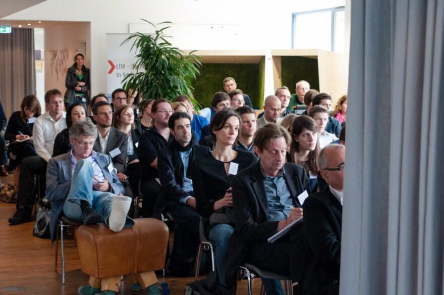 Artikelbild für: Crowdsourcing: 16 Tipps, Vorteile und Hürden & Fotos vom Crowdsourcing Summit