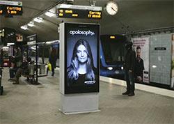 Artikelbild für: Reagierendes Werbeplakat: wie im Wind fliegende Haare in der U-Bahn überraschen