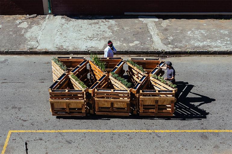 """Artikelbild für: Recyclete, mobile Sitzbänke aus alten Holzpaletten: """"Brothers in Benches"""" – ein Stadtteilprojekt von r1"""