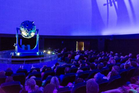 """Artikelbild für: Klanggeschichten: 3D für die Ohren mit """"SpatialSound Wave"""" – Die drei ??? im Zeiss Planetarium Bochum"""