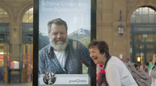 Artikelbild für: Live-Chat mit einem Plakat: The Great Escape – Promotion-Aktion von Graubünden Tourism
