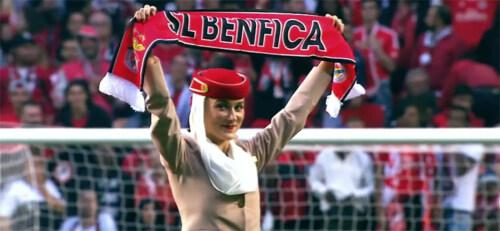 Artikelbild für: Promotion: Emirates Flugbegleiterinnen im Fußballstadion Lissabon – eine Sicherheits-Demonstration der anderen Art