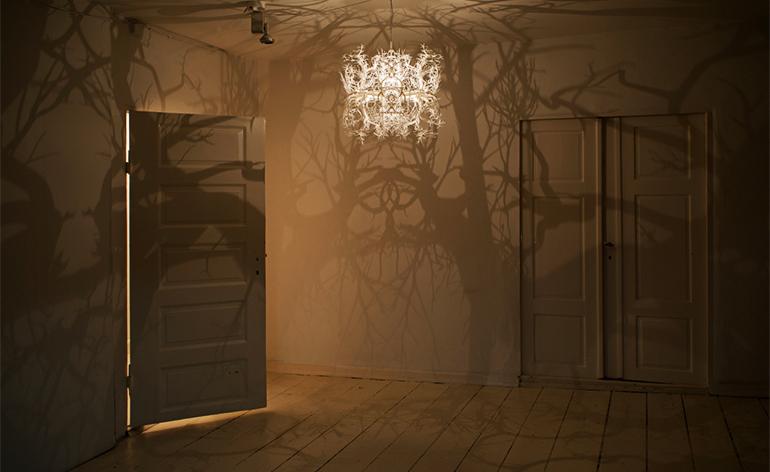 schatten-als-rauminszenierung-lampe-form-in-nature-