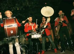moderne-marching-band-meute-spielt-techno-house
