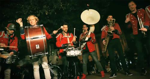 Artikelbild für: Großartige Marching Band: Hamburger Blaskapelle Meute spielt Deep House und Techno