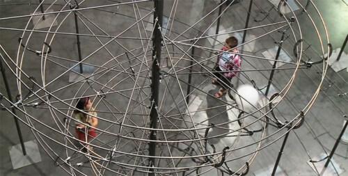 """Artikelbild für: Eine überdimensionale Kugelbahn: Kinetische Installation """"Distance"""" von Jeppe Hein"""
