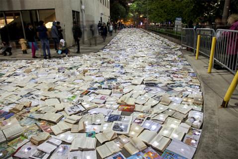 """Artikelbild für: Straßen voller Bücher anstatt Autos: Street Art """"Literature vs. Traffic"""""""