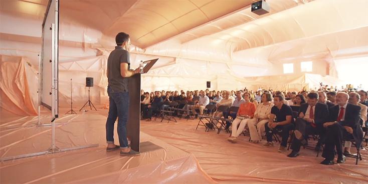 Artikelbild für: Raumdesign: Fabrikhalle in Hellrosa – Inflatable von Penique Productions