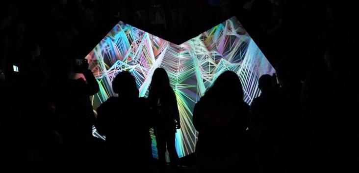 """Artikelbild für: Echtzeit-Installation: Algorithmische Landschaften eines simulierten Drohnenflugs – """"Aeryon"""""""