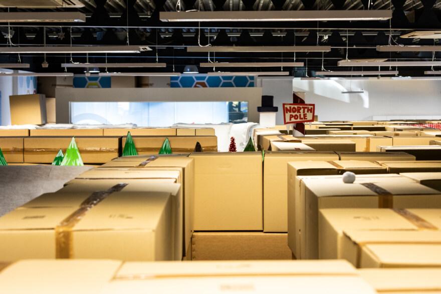 Artikelbild für: Mitarbeiteraktion: Großraumbüro wird zum Weihnachts-Labyrinth