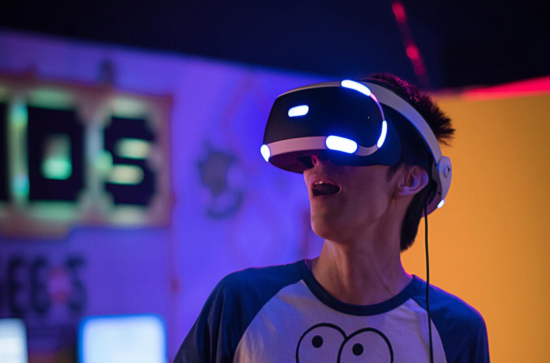 Mensch mit Virtual Reality Brille