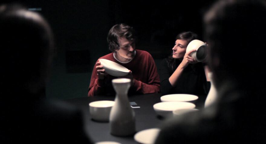 """Artikelbild für: """"Whispering Table"""": Klanginstallation mit sprechendem Geschirr"""
