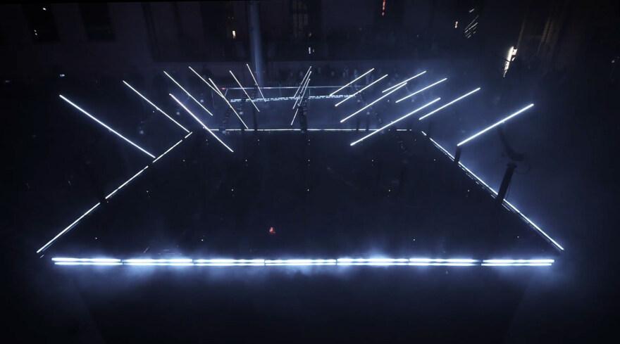 Artikelbild für: Futuristische Roboter- & Lichtinstallation: Coda – ein mechanisches Ballett