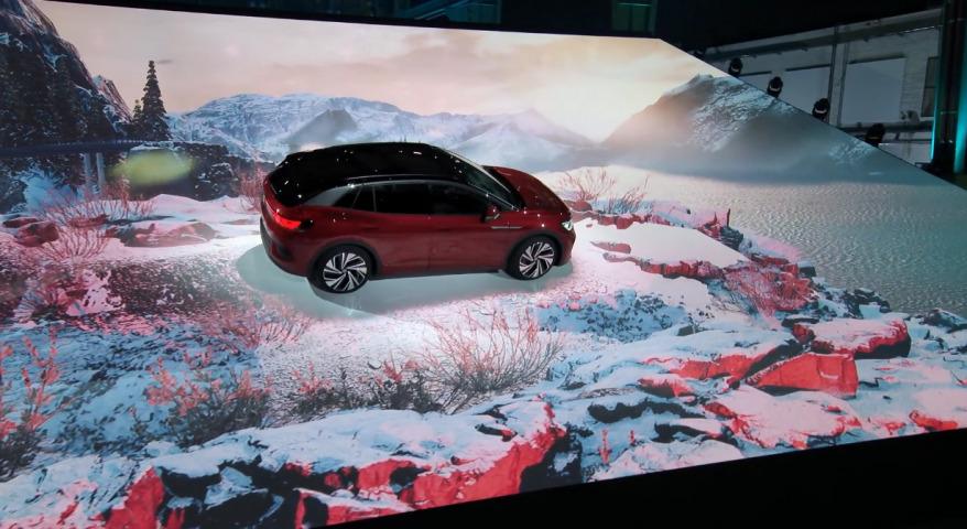 Digitale Auto Präsentation, bei der ein Wagen auf einer schrägen Projektionsfläche fährt